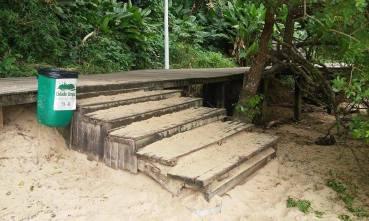 Escada no deck, acesso à Prainha. | Foto: Thiago Júlio