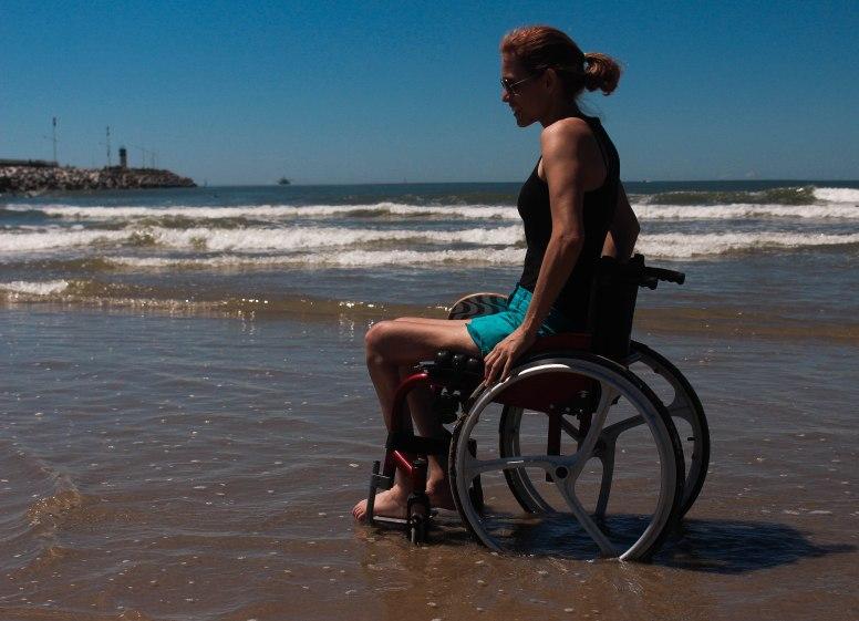 Com os pés na água do mar, Suzana sente o esforço recompensado. Foto: Andressa Zuffo