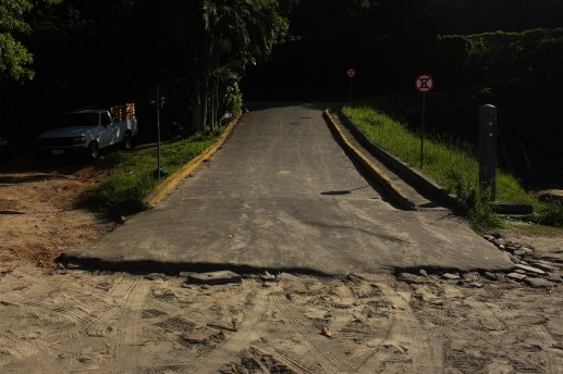 A rampa maior é para acesso de veículos, enquanto rampa para pedestres não permite a passagem de cadeirantes. | Foto: Andressa Zuffo
