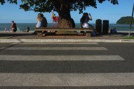 Sem acesso com rampa para a calçada, faixa de pedestres ainda termina de encontro a uma banco. Foto: Andressa Zuffo
