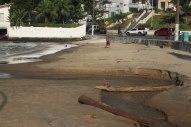 Única rampa com acesso à praia em Cabeçudas é para embarcações e cai direto no mar. Foto: Andressa Zuffo