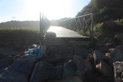 Outra rampa de acesso termina de encontro com pedras. | Foto: Andressa Zuffo