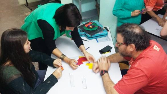 Karem em suas aulas de origami.