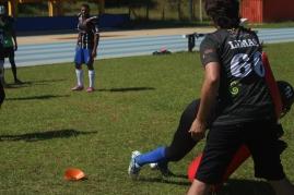Após contato físico com jogador defensivo, rapazes precisavam derrubar peso para finalizar atividade.   Foto: Andressa Zuffo.
