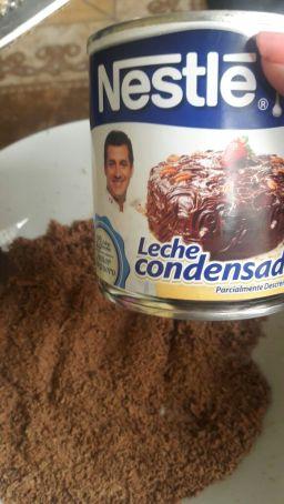 Ao preparar o brigadeiro, Leslie enviou fotos para mostrar ao grupo que estava aderindo a cultura brasileira, mesmo vivendo no Peru (Fotos: Leslie Steph/Arquivo Pessoal)