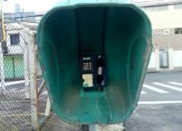 Os telefones públicos muitas vezes são utilizado como espaço para anúncio. (Foto: Miriany Pimentel)