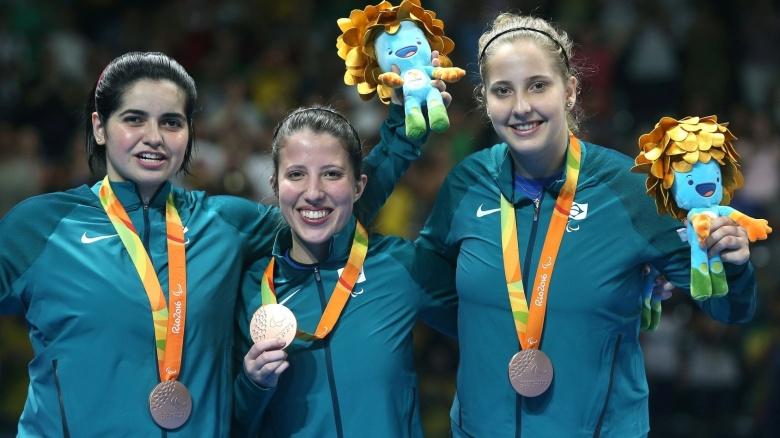 17set2016-bruna-alexandre-jennyfer-marques-e-danielle-rauen-comemoram-a-medalha-de-bronze-conquistada-pelo-brasil-no-tenis-de-mesa-na-classe-6-10-da-competicao-por-equipe-o-trio-derrotou-a-147429091