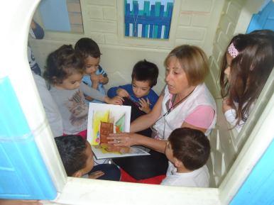 Dalva dá aulas em um núcleo de educação infantil (Foto: Acervo pessoal)