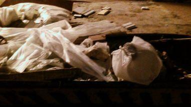 As embalagens de marmitas utilizadas pelos funcionários são descartadas no mesmo local que os RCC. Foto: Miriany Pimentel.