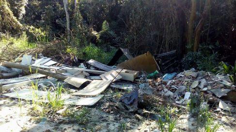 Madeiras e resíduos de construção e reforma são descartados as margens da estrada. Foto: Miriany Pimentel.