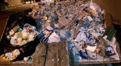 Em caçambas nos bairos centrais da cidade encontramos lixo orgânico junto com os resíduos de construção. Foto: Miriany Pimentel.